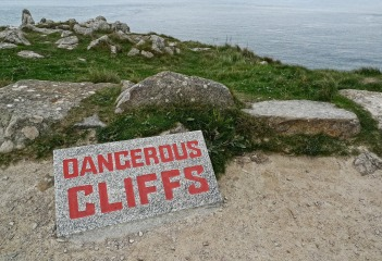 dangerous-1040641_1920