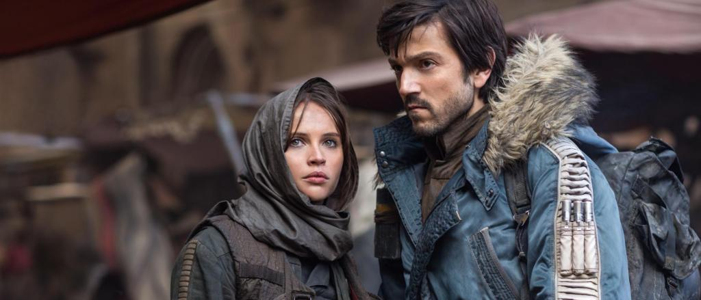 Jyn and Cassian disguised in the town scene